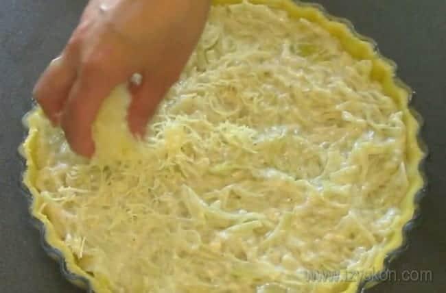 А теперь посыпаем наш классический французский луковый пирог тертым сыром.