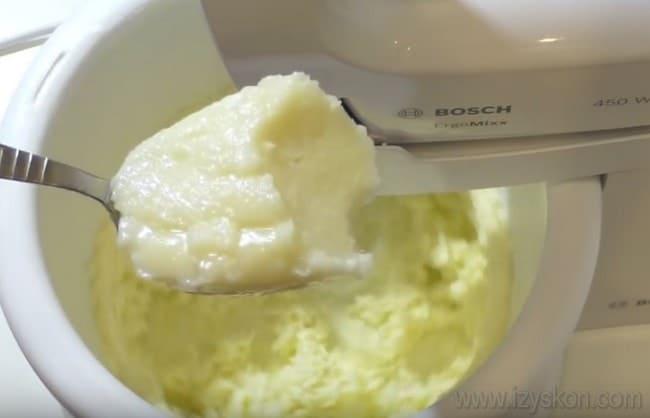 Этот рецепт крема для пражского торта подразумевает использование достаточно большого количества масла, поэтому крем получается калорийным.