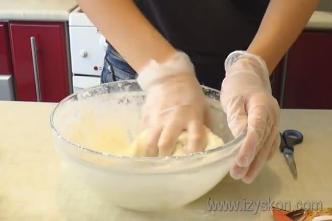 Мастику для торта удобно месить в перчатках.