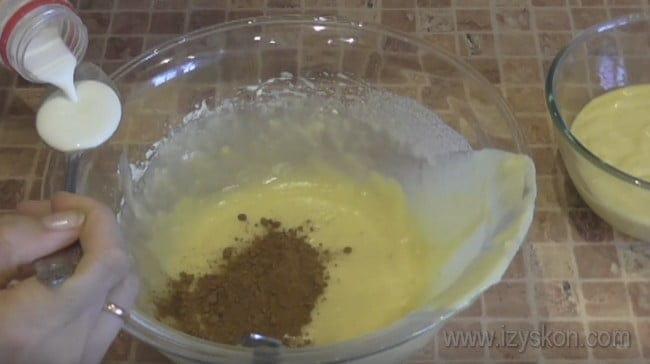 Разделив тесто для мраморного кекса в мультиварке на две части, в одну из них добавляем какао.