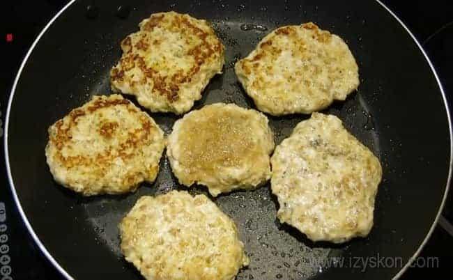 Обжариваем мясные котлеты с тыквой до приятной золотистости.