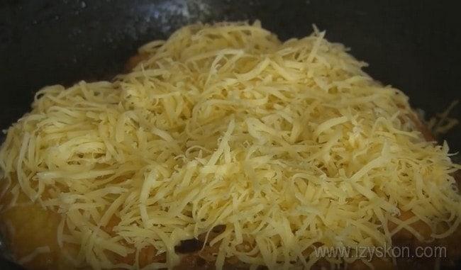 Приготовленные по этому рецепту отбивные из свинины в кляре на сковороде можно под конец украсить тертым сыром - он расплавится, и блюдо будет еще вкуснее.