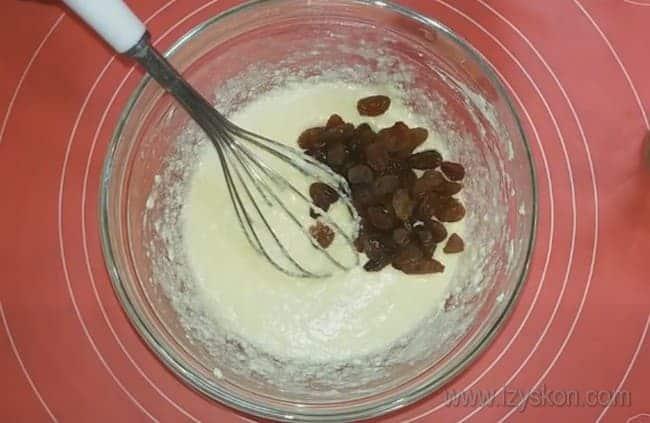 Этот рецепт пасхального кулича с изюмом понравится тем, кто любит различные добавки в тесте.