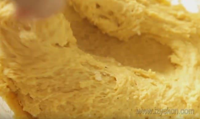 Тесто для приготовления печенья из тыквы в духовке не должно быть слишком крутым.