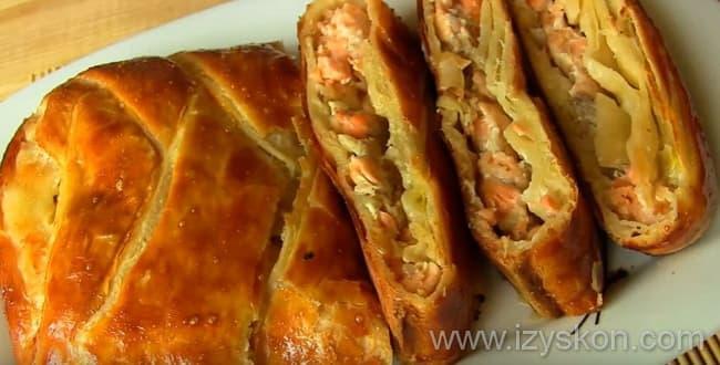 Пирог из красной рыбы из слоеного теста готов радовать вкусом вас и ваших гостей