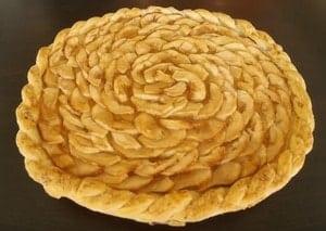 Из слоеного теста можно приготовить открытый пирог с яблоками.