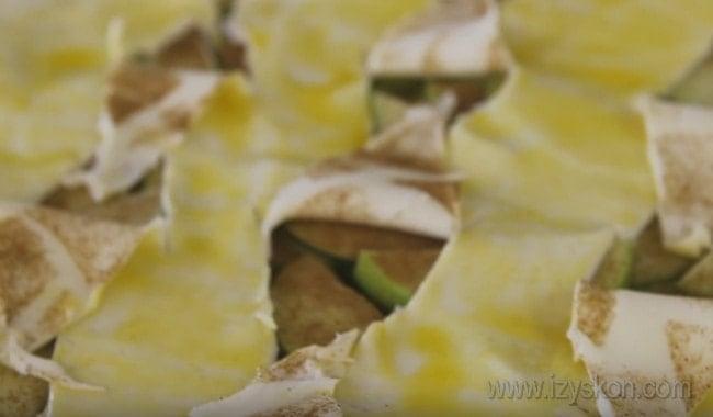 Слоеный пирог с яблоками и корицей будет выглядеть очень красиво с такими разрезами.