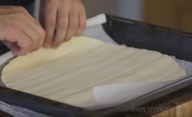 Такой пирог с яблоками можно готовить из слоеного дрожжевого теста.