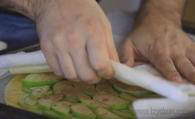 Мы готовим пирог с яблоками и корицей закрытым, но можно сделать также открытый пирог из слоеного теста с яблоками.