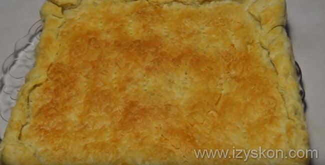 Рыбный пирог из слоеного теста с консервами готов к подаче на стол