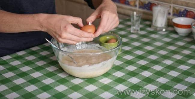 Что бы приготовить пышный Пирог на кефире с вареньем в духовке - вбейте яйца