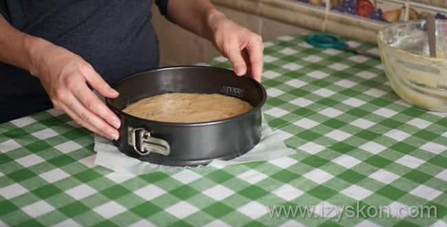 Что бы приготовить пышный Пирог на кефире с вареньем в духовке - в форму выложите тесто