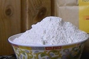 Для приготовления пирога с капустой и грибами можно взять полезную цельнозерновую муку.