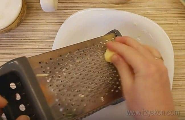 Натрем сыр, чтобы украсить им наш пирог из капусты с грибами.