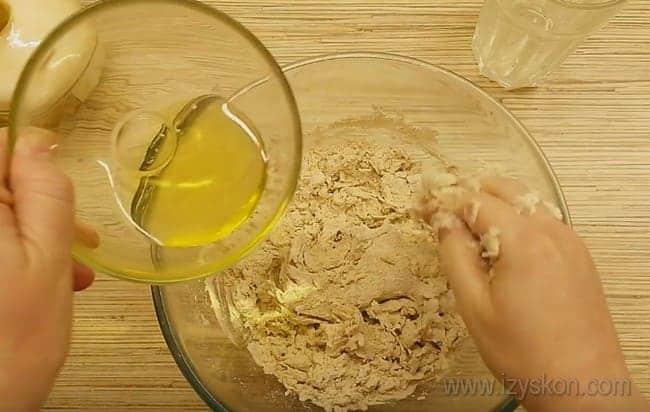 Приготовим тугое тесто для нашего пирога с капустой и грибами.