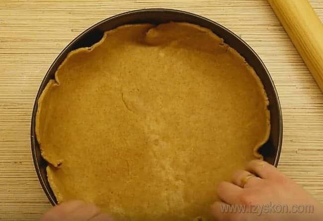Тесто для пирога с капустой и грибами укладываем в форму, оставляя бортики.