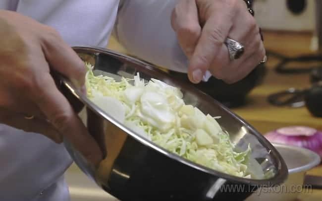 Приготовим простой рыбный пирог с капустой из слоеного теста.