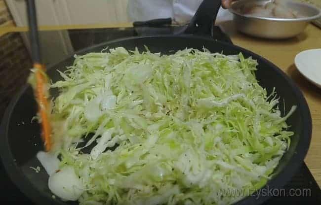 тушим начинку для рыбного пирога с капустой.