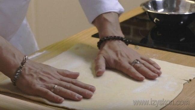 Тесто для пирога с капустой и рыбой берем готовое слоеное.
