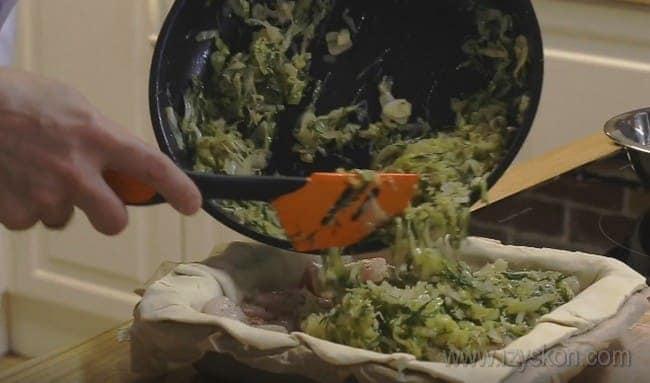 А теперь выкладываем в рыбный пирог протушенную капусту.