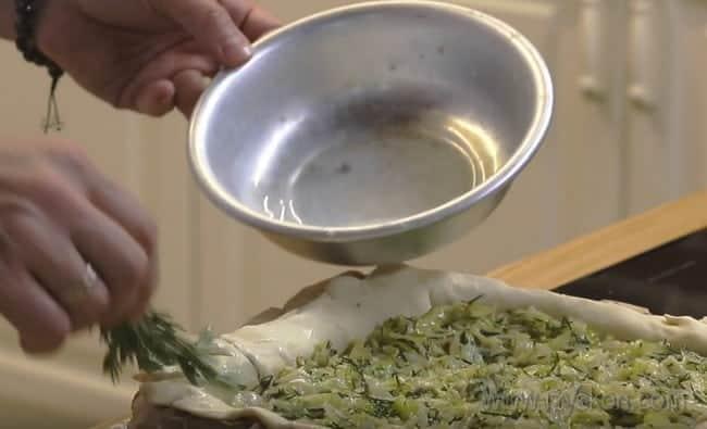 Края теста нашего рыбного пирога с капустой смазываем яйцом или молоком.