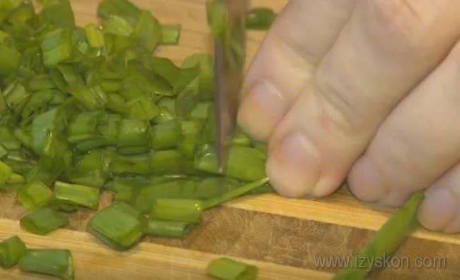 Для вкуса добавим в начинку для пирога с консервами из рыбы и рисом зеленый лук.