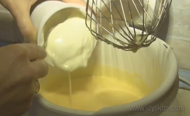 Тесто для пирога с консервированной рыбой и рисом делам жидкое.