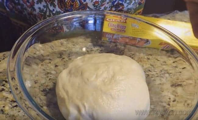 Тесто для простого и быстрого пирога с красной рыбой готово.