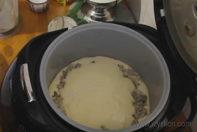 Такой рыбный пирог на скорую руку в мультиварке станет отличным ужином.