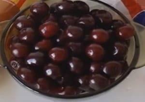 Для приготовления вишневого пирога из слоеного теста выбирайте ягоды покрупнее.