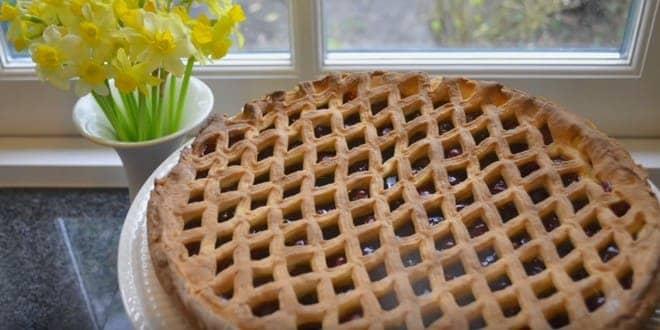 Пошаговый рецепт пирога с вишней из слоеного теста