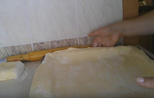 раскатываем тесто для пирога с рыбой и рисом соответственно размеру противня.