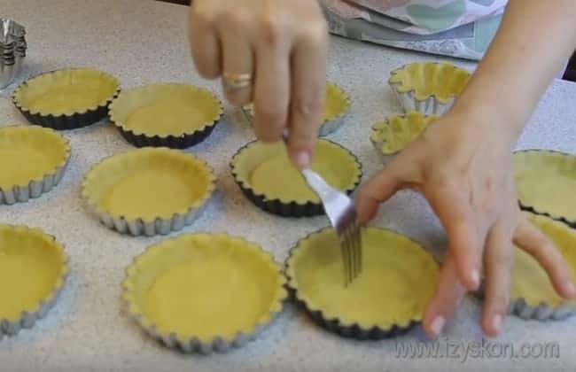 Уже распределенное по формочкам тесто для пирожного корзиночка обязательно понакалывайте вилкой, чтобы оно не поднималось.