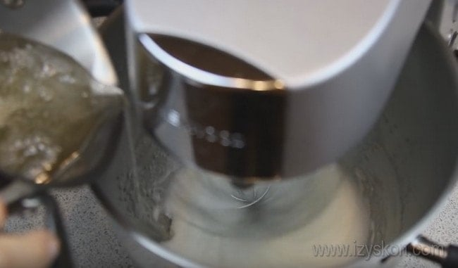 Тоненькой струйкой вливаем сироп в будущий крем для пирожных корзиночка, которые мы готовим в домашних условиях.