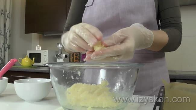 По рецепту, для приготовления печенья с какосовой стружкой, слепите печенье.