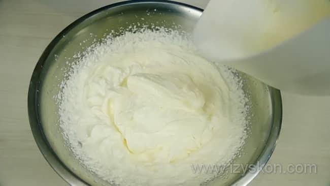 По рецепту, для приготовления крема для профитролей нужно взбить сыр и сливки.