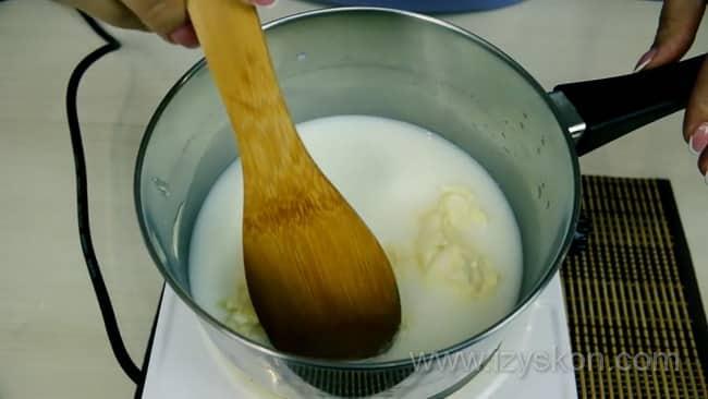 Для приготовления профитролей, по рецепту необходимо растопите масло.
