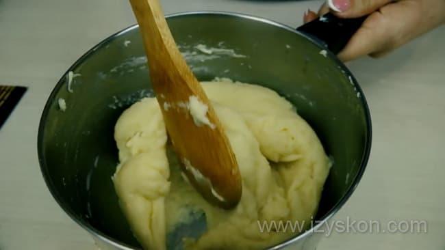 Для приготовления профитролей, по рецепту необходимо заварить тесто.