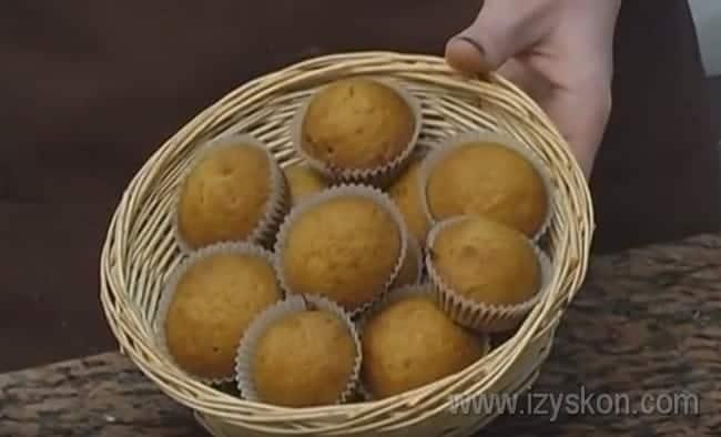 При желании можете посыпать постные медовые кексы сахарной пудрой.