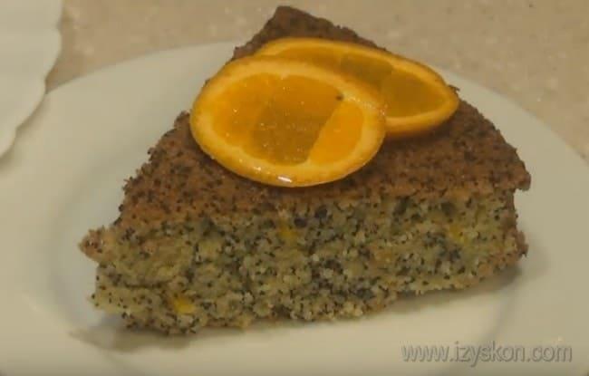 Постный апельсиновый кекс можно украсить сахарной пудрой и кусочками апельсина.