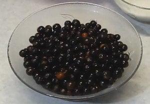 Готовить постный пирог можно не только с вареньем, но и со свежими фруктами и ягодами.