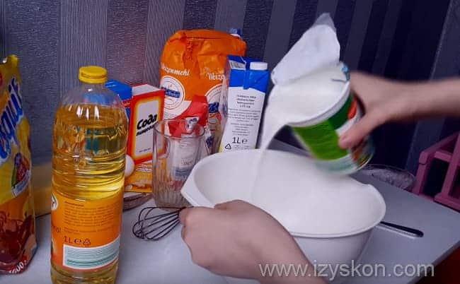 добавляем кефир в миску