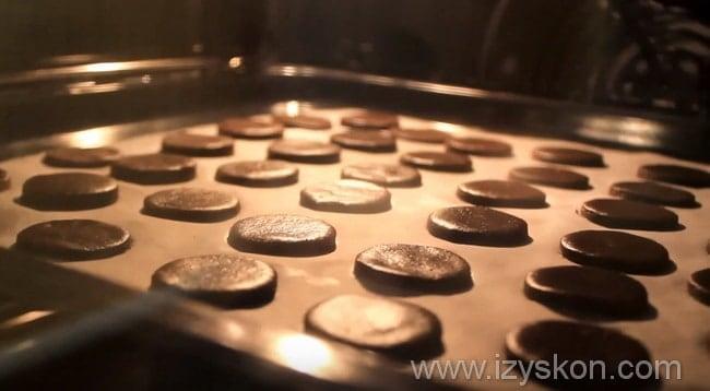 отправляем противень с печеньем в духовку