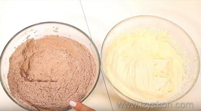 соединяем мучную и сливочно-сахарную смесь