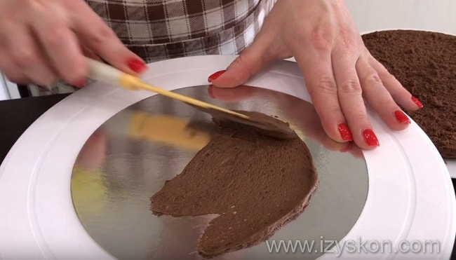 размазываем небольшое количество крема на блюде