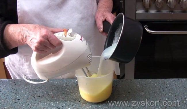 вливаем закипевшее молоко