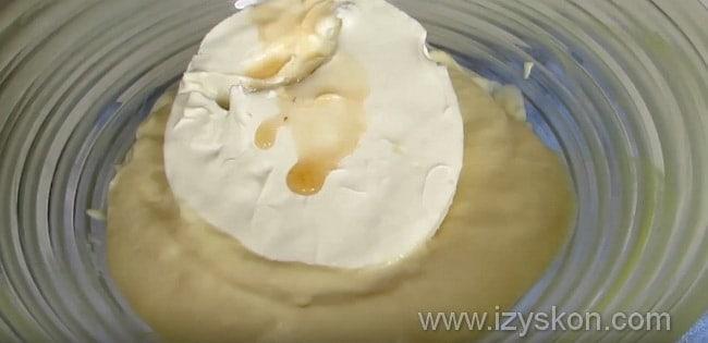 В крем добавляем маскарпоне и экстракт ванили
