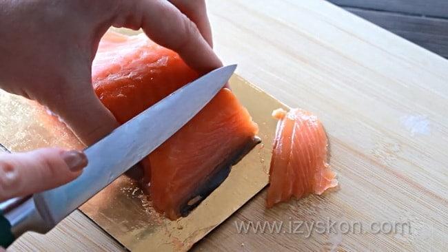 Для приготовления закусочных профитролей с несладкой начинкой нарежьте рыбу