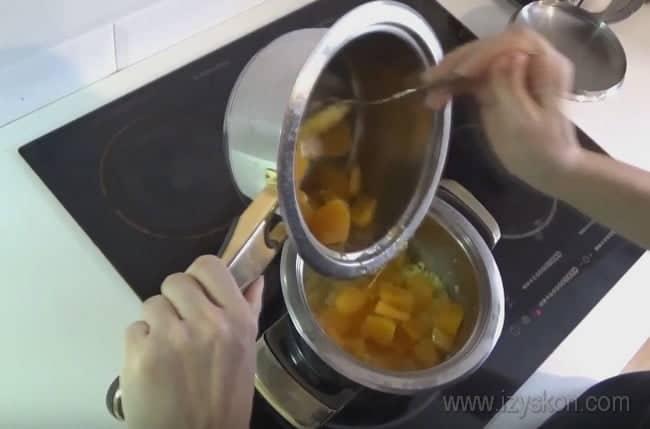 Вкусную пшенную кашу с тыквой на воде можно сделать как сладкой, так и соленой.