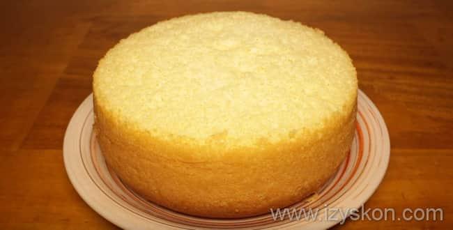 Наш бисквит для торта в мультиварке готов к подаче на стол